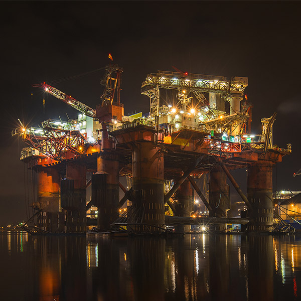 Drilling rig by night1